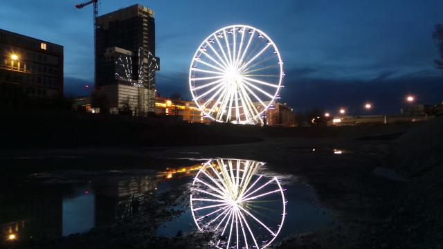 Das Werksviertel mit dem Riesenrad in der Abenddämmerung